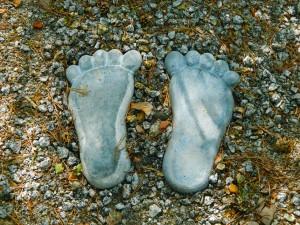 footprints-220868_1280